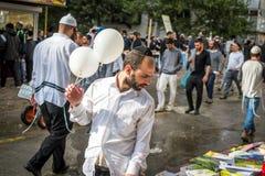 Rosh Hashanah, ano novo judaico 5777 Os peregrinos de Hasidim no vestuário festivo tradicional comemoram a massa no sity o Uman Imagens de Stock