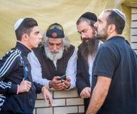 Rosh Hashanah, ano novo judaico 5777 Os peregrinos de Hasidim no vestuário festivo tradicional comemoram a massa no sity o Uman Foto de Stock