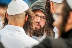 Rosh Hashanah, ano novo judaico 5777 Os peregrinos de Hasidim no vestuário festivo tradicional comemoram a massa no sity o Uman Imagem de Stock Royalty Free