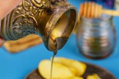 Rosh-hashanah jüdisches neues Jahr, strömender Honig auf Äpfeln in einem jüdischen Feiertag stockfoto