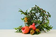 Rosh hashanah & x28; jewesh新年holiday& x29;概念-在木背景的石榴 传统标志 库存图片