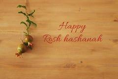 Rosh hashanah & x28; jewesh新年holiday& x29;概念-在木背景的石榴 传统标志 库存照片