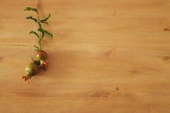 Rosh hashanah & x28; jewesh新年holiday& x29;概念-在木背景的石榴 传统标志 免版税图库摄影