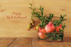Rosh hashanah & x28; jewesh新年holiday& x29;概念-在木背景的石榴 传统标志 图库摄影