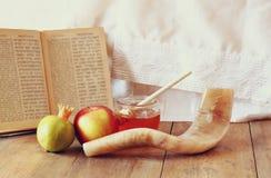 Rosh hashanah (jewesh假日)概念-蜂蜜、苹果和石榴在木桌 传统假日标志 免版税图库摄影