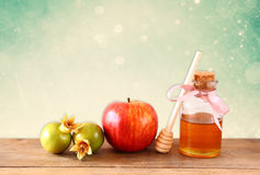 Rosh hashanah (jewesh假日)概念-蜂蜜、苹果和石榴在木桌 传统假日标志 库存图片