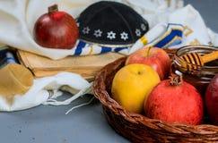 rosh hashanah jewesh Feiertagskonzept - Shofar, torah Buch, Honig, Apfel und Granatapfel ?ber Holztisch ein kippah ein yamolka stockbild