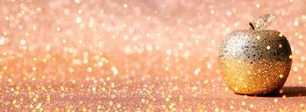Rosh hashanah & x28; judisk holiday& x29 för nytt år; begrepp Det traditionella symbolet som är dekorativt blänker det guld- äppl royaltyfria foton