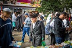 Rosh Hashanah, nuovo anno ebreo 5777 I pellegrini di Hasidim in abbigliamento festivo tradizionale celebrano la massa in sity il  Immagini Stock Libere da Diritti