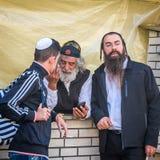 Rosh Hashanah, nuovo anno ebreo 5777 I pellegrini di Hasidim in abbigliamento festivo tradizionale celebrano la massa in sity il  Fotografia Stock Libera da Diritti