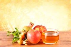 Rosh hashanah pojęcie - jabłczany miód i granatowiec nad drewnianym stołem Obraz Royalty Free