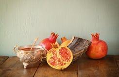 Rosh hashanah pojęcie shofar, miód, jabłko i granatowiec nad drewnianym stołem -, (jewesh wakacje) tradycyjni wakacyjni symbole Zdjęcia Royalty Free