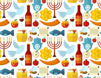 Rosh Hashanah, Shana Tova eller judisk sömlös modell för nytt år, med honung, äpplet, fisken, biet, flaskan, torah och annat trad Arkivbilder