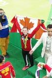 Rosie MacLennan med den kanadensiska nationsflaggan Arkivbild