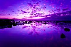 Rosige Wolke kurz vor Sonnenuntergang auf dem Strand Lizenzfreies Stockfoto