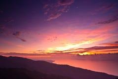 Rosiger Sonnenaufgang mit drastischer Landschaft Lizenzfreie Stockfotografie