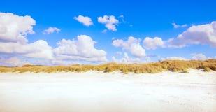 Rosignano Solvay Vada Castiglioncello, playa blanca de la arena y coas imagenes de archivo