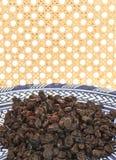 Rosine auf ethnischer Platte und Hintergrund Stockfotos