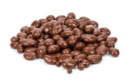 Rosinen in der Schokolade auf weißem Hintergrund lizenzfreie stockbilder