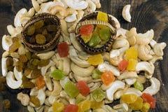Rosinen und kandierte Frucht in den Körben Stockbild