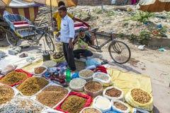 Rosinen verkauft auf dem Markt im Freien Stockfoto
