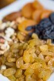 Rosinen von der Vielzahl der weißen Traube Große weiße Platte mit nuts Rosinen und Trockenfrüchten lizenzfreies stockfoto