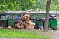 Rosja świętego Petersburg Lipiec 2016 śmieciarski usyp w mieście Zdjęcia Stock
