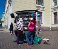 Rosja świętego Petersburg Lipiec 2016 turyści wybierają pamiątki z Putin Obrazy Stock