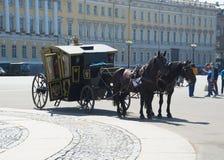 Rosja świętego Petersburg Lipiec 2016 wycieczki turysycznej fracht na pałac kwadracie Obrazy Stock