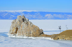 Rosja, Baikal jezioro w Marzec Shamanka skała przy pogodnym wiosna dniem Obrazy Stock