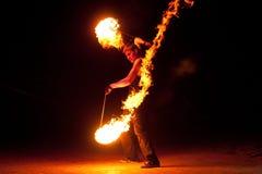 ROSJA, BALTIYSK - LIPIEC 06, 2014: Niewiadomi artyści demonstrują pożarniczego przedstawienie przy otwartego festiwalu BAŁTYCKIM  Zdjęcia Stock