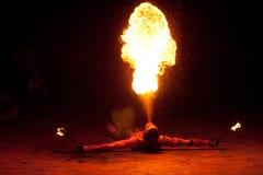 ROSJA, BALTIYSK - LIPIEC 06, 2014: Niewiadomi artyści demonstrują pożarniczego przedstawienie przy otwartego festiwalu BAŁTYCKIM  Obraz Royalty Free