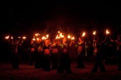 ROSJA, BALTIYSK - LIPIEC 06, 2014: Niewiadomi artyści demonstrują pożarniczego przedstawienie przy otwartego festiwalu FEST BAŁTY Obrazy Royalty Free