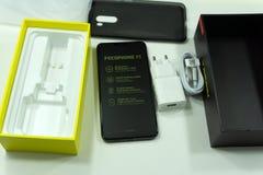 Rosja Berezniki 27 2018 Październik: Unboxing Xiaomi Pocophone F1 Android smartphone zdjęcia stock