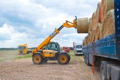 ROSJA, BRYANSK-SEPTEMBER 6: Wiejski krajobraz z rolnictwo maszynami na Wrześniu 6,2014 w Bryansk Oblast, Rosja Zdjęcia Stock