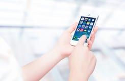 Rosja, Chelyabinsk, Wrzesień 8, 2014 Osoba trzyma nowego białego Jabłczanego iPhone 5S, smartphone w części iPhone linia Develo Fotografia Royalty Free