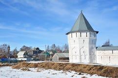Rosja, defencive wierza antyczny Spaso-Prilutsky monaster Priluri w Vologda i wioska obrazy stock