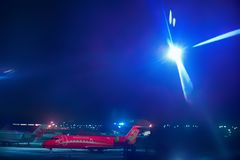 ROSJA, DOMODEDOV lotnisko, PARKUJE HEBLUJE podróżować samolotem - pojęcie - Rewolucjonistka samolot iluminuje lotnisko reflektore zdjęcie stock