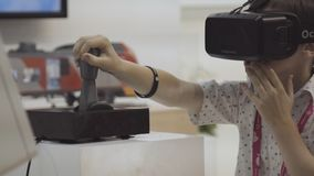 Rosja, Ekaterinburg - 10 2018 Lipiec: Chłopiec próbuje rzeczywistości wirtualnej Oculus słuchawki podczas Międzynarodowej przemys fotografia stock