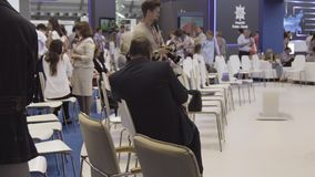 Rosja, Ekaterinburg - 10 2018 Lipiec: Ludzie czeka otwarcie Międzynarodową przemysłową wystawę - Innoprom zbiory