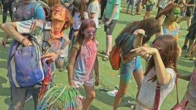 ROSJA IRKUTSK, CZERWIEC, - 27, 2018: Szczęśliwi młodzi ludzie tanczy i świętuje podczas Holi festiwalu kolory Tłum zbiory wideo