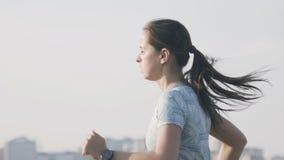 Rosja Izhevsk, Jul, - 2, 2018: Młoda kobieta biegacza szkolenie Sprawno?ci fizycznej kobiety Jogging Plenerowy zbiory