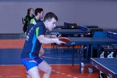 Rosja Izhevsk, Kwiecień, - 26, 2017: Żeński i męski ` s bawić się stołowego tenisa Obraz Royalty Free