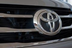 Rosja Izhevsk, Kwiecień, - 21, 2018: Logo Toyota samochód na pokazie w sala wystawowej Sala wystawowa Toyota Zdjęcie Stock