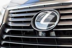 Rosja Izhevsk, Kwiecień, - 21, 2018: Sala wystawowa Lexus Logo Lexus samochód na pokazie w sala wystawowej Fotografia Stock