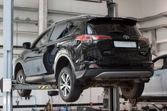 Rosja Izhevsk, Kwiecień, - 21, 2018: Samochodu warsztat Sprawdza i naprawa Toyota samochód RAV4 Obraz Royalty Free