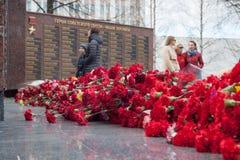 Rosja Izhevsk, Maj, - 9, 2018: Ludzie przy pomnikiem spadać żołnierze druga wojna światowa Zwycięstwo w Europa dniu fotografia stock