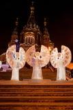 Rosja Izhevsk, Styczeń, - 29, 2017: Lodowi aniołowie stoją w kwadracie blisko Svyato Mikhaylovsky sobor Obrazy Royalty Free