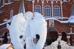 Rosja Izhevsk, Styczeń, - 29, 2017: Lodowy anioł stoi blisko Svyato Mikhaylovskiy sobor Fotografia Stock
