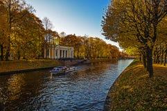 Rosja Jesień Petersburg Rzeka wodniactwo przespacerowanie turyści Historyczny centre obrazy stock